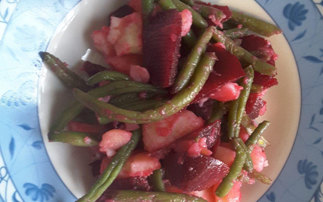 Insalata di patate con fagiolini e rape rosse