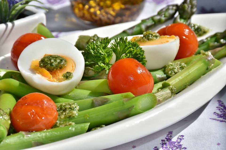 Uova sode su letto di asparagi